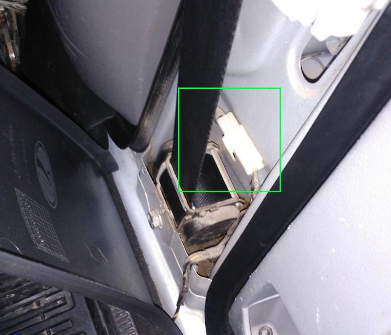 Фишка питания привода блокировки задних дверей на Приоре где находится