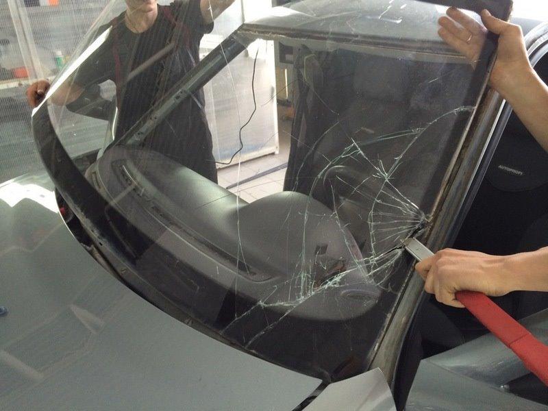 Когда менять лобовое стекло