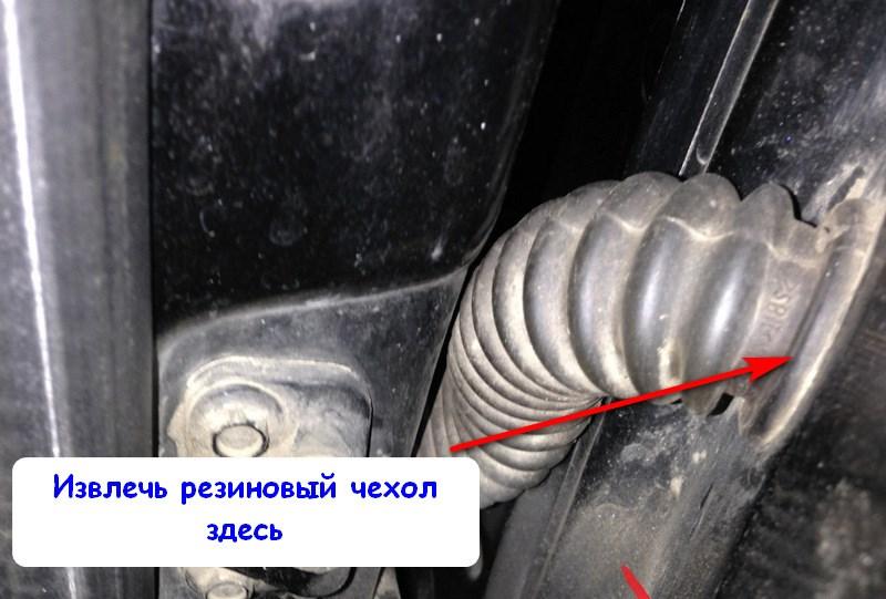 Отсоединить резиновый чехол проводки двери