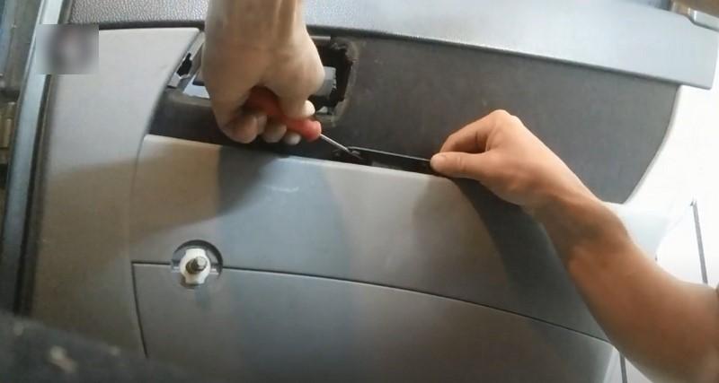 Поддеть и снять консоль управления стеклоподъемником двери Приора