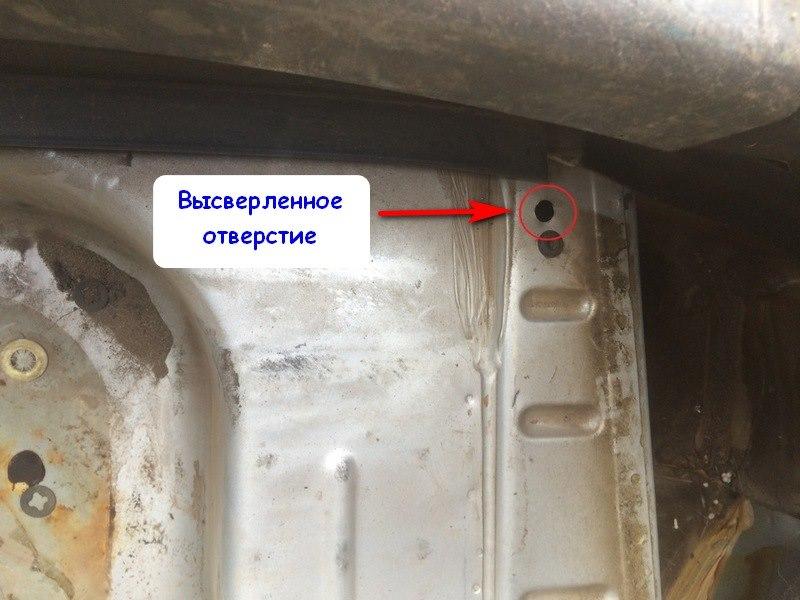 Отверстие в багажном отсеке для установки фаркопа