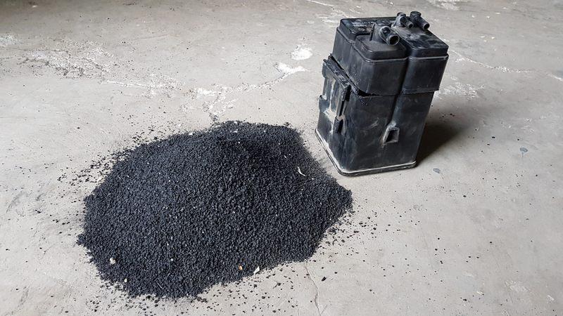 Угольный порошок внутри адсорбера